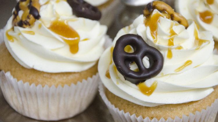 Vanille-Karamell-Cupcakes mit Schokosalzbrezelchen {vegan}
