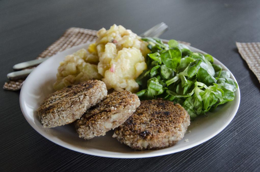 Bouletten vegan mit Kartoffelsalat und Ackersalat