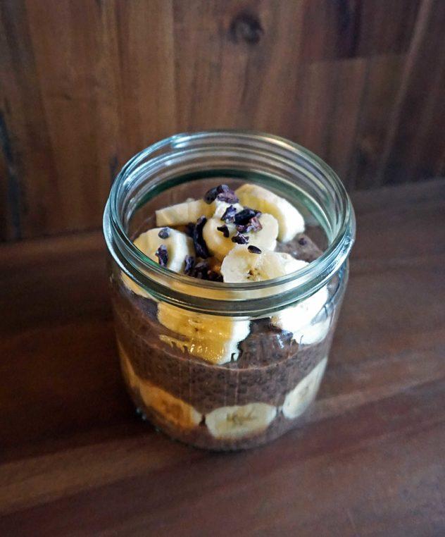 Schokoladiger Chia-Pudding mit Banane, Frühstück im Glas