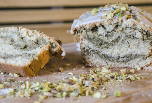 Veganer Kokos-Matcha-Kuchen mit Pistazien