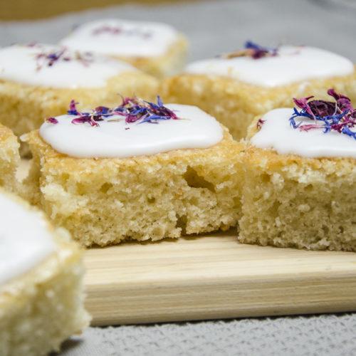 Veganer Zitronenkuchen mit Zuckerguss