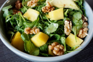Rucolasalat mit Mango, Avocado und Walnüssen